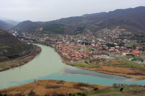 Barevný soutok řek u města Mtskheta - pohled z kláštera Jvari